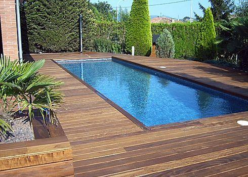 Piscina con paisajismo y deck de madera patios for Paisajismo para piscinas