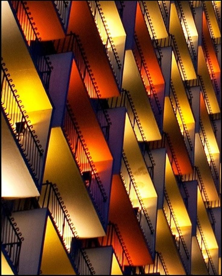 Je ziet een ritme bij deze balkons, steeds een rij rode lichten en een rij gele lichten, rode lichten, gele lichten, rood, geel, rood, geel