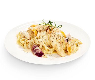 Variera din pasta och testa detta läckra recept! Pastan omges av en krämig sås baserad på grädde, rödlök och paprika som får en härlig smak från citronskal och rosmarin.