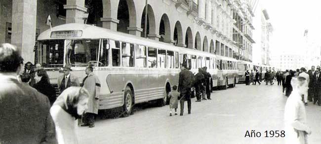 """MALLORCA.- 1958. La llegada de los primeros autobuses a Palma supuso todo un acontecimiento que nadie se quiso perder. Toda una flotilla de Pegasos """"Chauson"""" son expuestos en la calle Jaime III."""