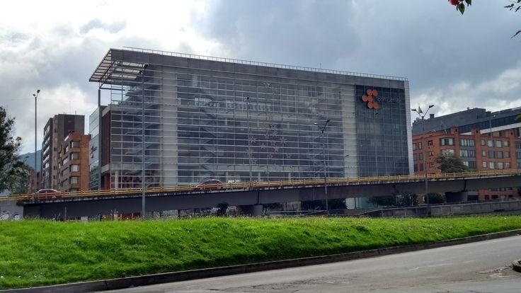 Edificio de Compensar sobre la Autopista norte, en Bogotá.