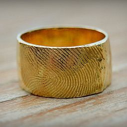 Vingerafdruk Juwelen by Elke Stuyck - Beautiful how this ring is textured with a fingerprint. A special way to remember a loved one.