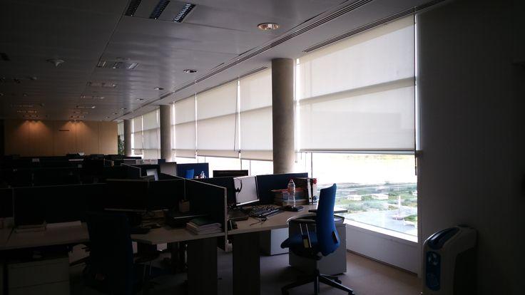 El screen es el tejido idea para eliminar los refeljos en las pantallas. http://estorweb.com/69-proyectos-de-cortinas