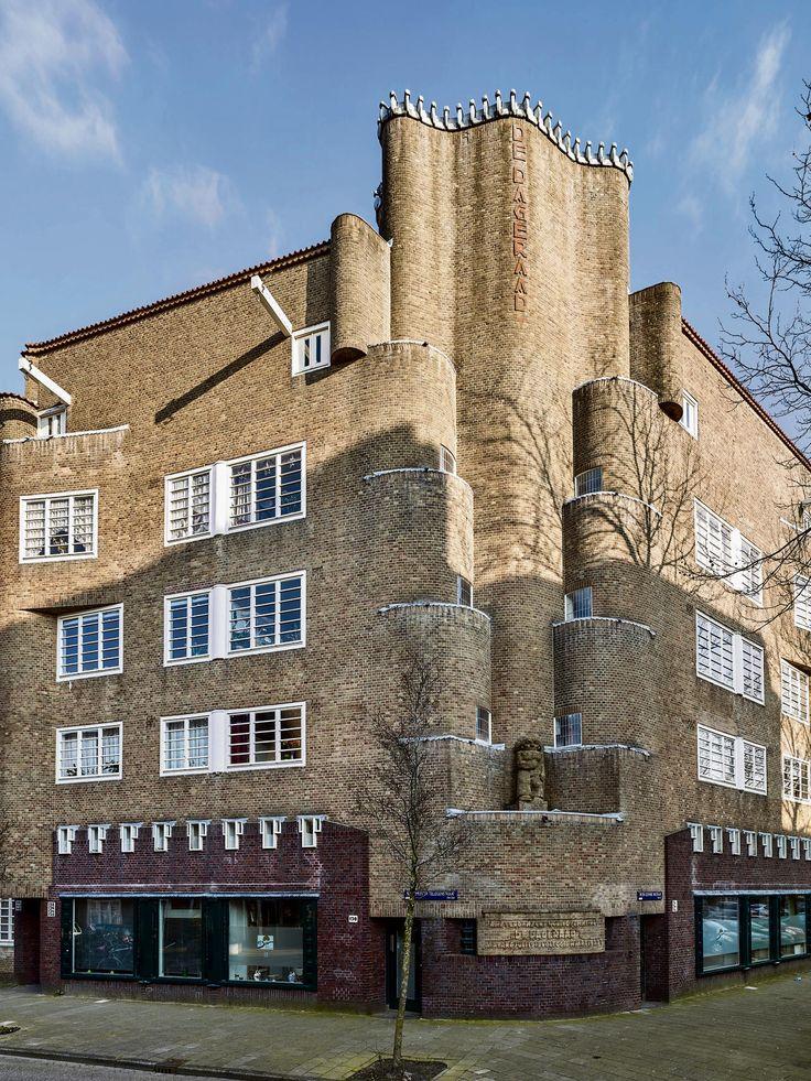 Architectuur: De Amsterdamse School bestaat 100 jaar en kom je nu overal tegen. In het museum – maar vooral ook: gewoon op straat.