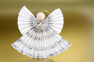 Der Engel aus Notenpapier gehört zu den einfachsten, aber kreativsten Ideen für das Engel Basteln.