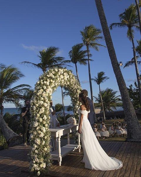 Linda a foto que a @flaviavitoriaphoto fez da cerimônia de Nathalia e Ronaldo, em Trancoso!👰👰👰A decoração teve assinatura de @patriciandradedecor e todos os detalhes estão no blog: www.constancezahn.com💻#wedding #casamentonapraia #noiva #bride