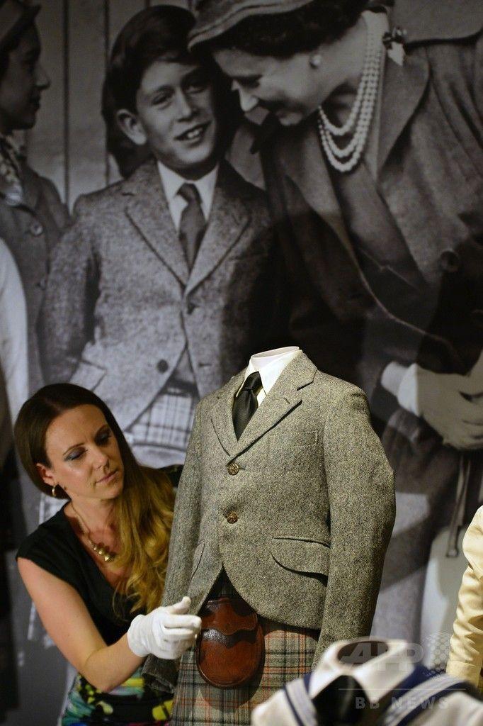 ロンドン(London)のバッキンガム宮殿(Buckingham Palace)で展示された、チャールズ皇太子(Prince Charles)が着用していたツイードのジャケット、革製のポシェットとキルト(2014年7月24日撮影)。(c)AFP/CARL COURT ▼25Jul2014AFP|英王室メンバーの子ども時代を振り返る展覧会、バッキンガム宮殿 http://www.afpbb.com/articles/-/3021539