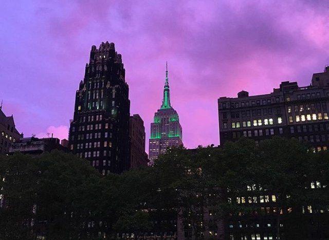 MÉTÉO -  Les personnes qui se trouvaient à New York lundi 19 septembre ont eu une drôle de surprise en regardant par leur fenêtre ou en levant les yeux vers le ciel en