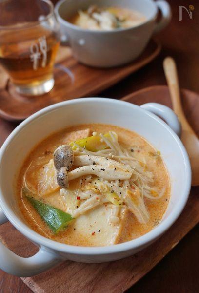 キムチの入ったピリ辛のスープを豆乳でマイルドに仕上げました。きのこたっぷりでヘルシーですが、厚揚げを入れてボリュームとコクをUPしています。寒い日に嬉しいスープです。