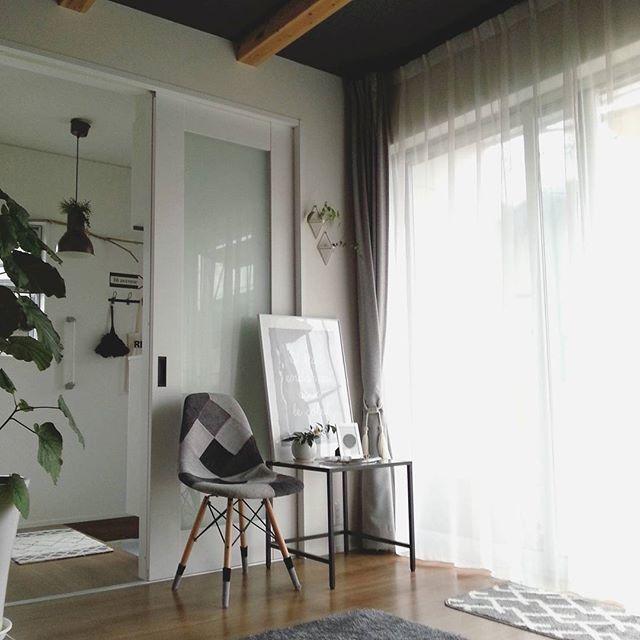 ・  こんばんは!  バリバリ逆光ですが我が家のリビング。  玄関入ったらすぐリビング!っと何とも狭っ苦しい作りですww    カーテンは天井からスッキリ&シンプルに。  ダイニングに置いてあったイームズの今の定位置です♪    #インテリア   #interior   #シンプル   #グレーインテリア  #リビングルーム   #カーテン  #梁のあるリビング  #グリーンのある暮らし  #ポスター  #ニトリ  #イームズ  #IKEA  #mygoodroom  #roomclip  ・
