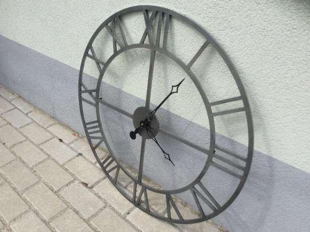 Witam. Autorskie wykonanie. Duży zegar w industrialnym surowym klimacie. Średnica zegara to 71,5cm. Wycięty z jednego arkusza stali o grubości 6mm (nie spawany z kawałków). Krawędzie repusowane. Mecha...