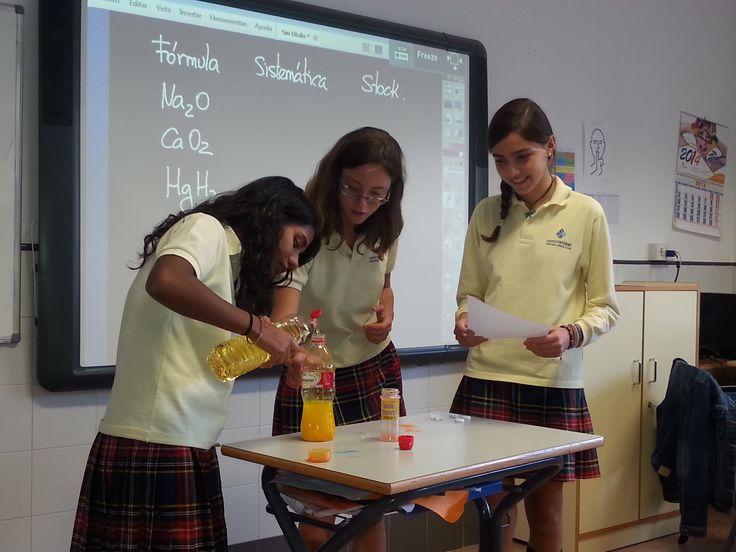 Ana, Kiran y Olga de 3ºB experimentan con las densidades del agua y el aceite.