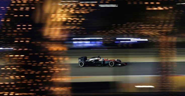 Fernando Alonso, piloto da McLaren, dirige seu carro durante o Grande Prêmio do Bahrein de Fórmula 1 no circuito de Sakhir