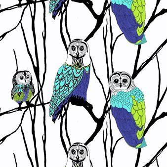 Den charmiga Hu-Huu gardin är designad av Riina Kuikka för varumärket Vallila Interior. Gardinen har ett snyggt grafiskt storskaligt mönster med ugglor i blåa färger med visa och vänliga ansikten. Skapa en spännande och trendig stil i ditt hem med denna roliga gardin och matcha den tillsammans med detaljer i liknande färger för en snygg helhet!