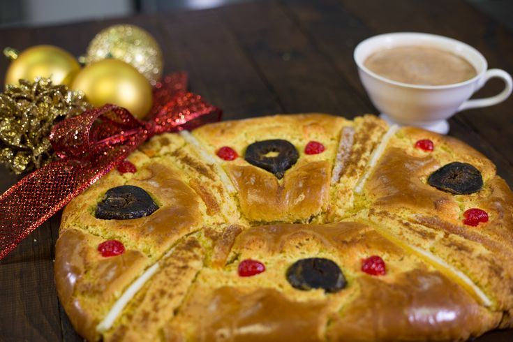 Esta versión de la tradicional Rosca de Reyes es ideal si te quedaste sin harina o quieres darle un toque diferente al sabor del pan. Utiliza harina de hot cakes en lugar de harina regular y disfruta de una nueva forma de comer este rico pan.