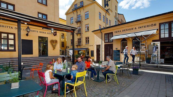 <p>En unik miljö mitt i Norrköping City. Ett anrikt kvarter där den äldsta bebyggelsen är från 1767. Här kan du nu shoppa, fika, äta och njuta av livet i Knäppingsborg.</p>