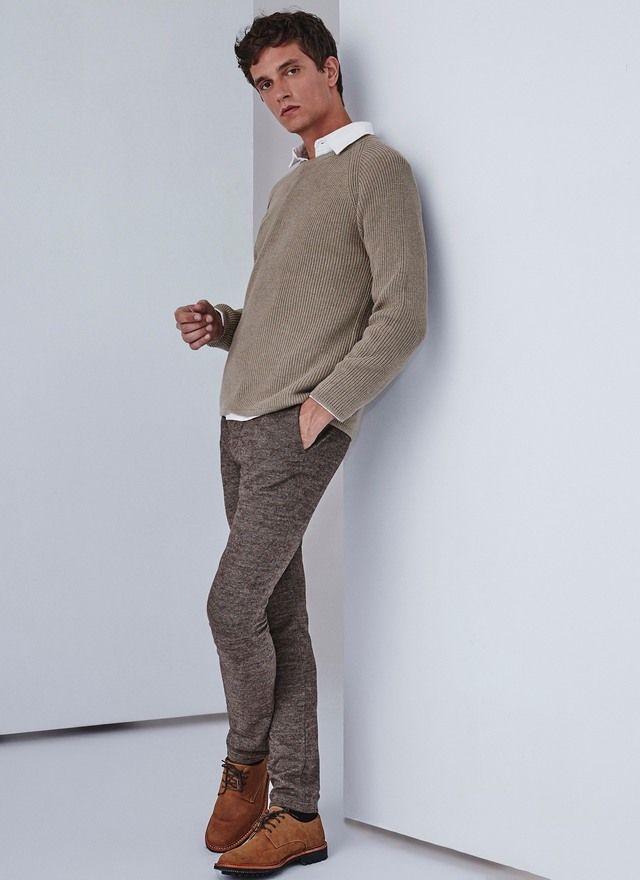 Jersey de punto grueso en relieve de algodón 100%. Cuello caja, manga larga raglán y remate de punto canalé en puños y bajo.