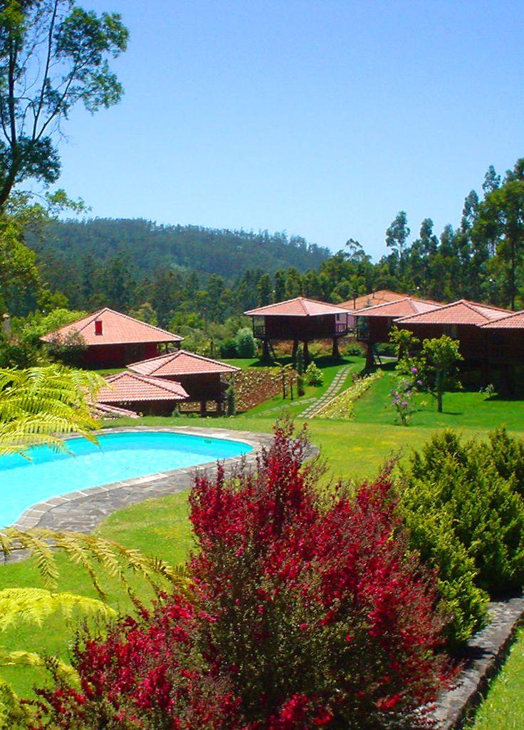 In een omgeving van rust en bergen ligt Quinta das Eiras. Unieke houten huisjes waar romantiek, sfeer en veel privacy de boventoon voeren. Een waar paradijsje.