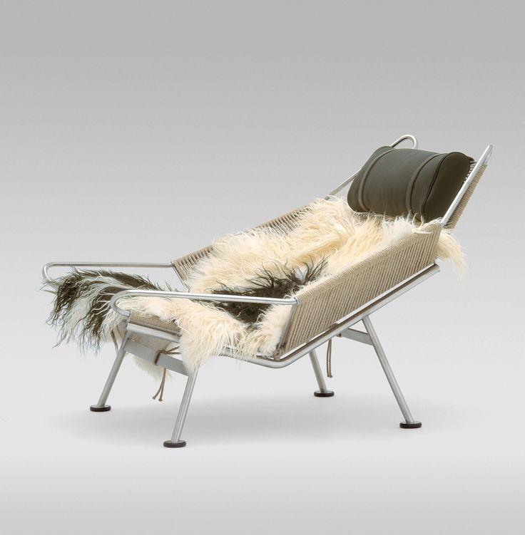 PP225 Flag Halyard Chair från danska PP Möbler är loungestol som utstrålar exklusivitet och avkoppling. PP225 har ett ramverk av rostfritt stål medan sitsen och ryggen utgörs av hela 240 meter flagglina. Den skarpa industriella känslan rundas av på ett behagligt sätt av det långhåriga fårskinnet som dessutom bidrar till den höga komforten. Formgivaren, Hans J. Werner, är annars känd för sitt arbete med trä i olika former, men Flag Halvard Chair är Wegners egen hyllning till de tidiga…
