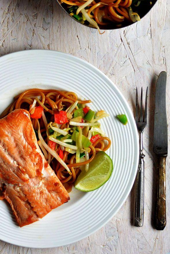 IN 10 MINUTEN OP TAFEL: ZALM OP OOSTERSE WIJZE ● Dit supergemakkelijke gezonde maaltje tover je in tien minuutjes op tafel.  Lekker simpel voor wanneer je een volwaardige maaltijd wilt eten, maar weinig tijd hebt om te koken.  Je maakt het van de voordeligste ingrediënten.  Recept: http://hallosunny.blogspot.nl/2015/12/oosterse-zalm.html