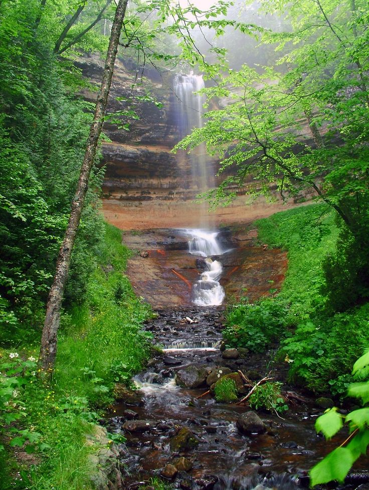 Munising Falls' is not only very easily accessible but also extremely beautiful. In the spring, vibrant green moss grows on the surrounding ...