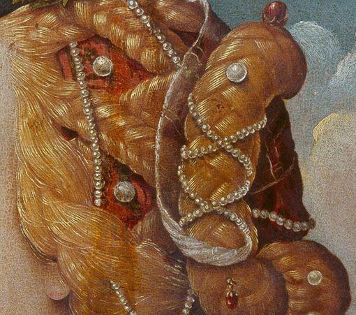 Particolari di opere: Simonetta Vespucci in veste di Cleopatra. Piero di Cosimo, tempera su tavola del 1490 circa. Museo Condé, Chantilly. Sulla cuffia rosso corallo con grosse perle si posano le trecce formando dei grandi rombi e lunghi fili di piccole perle si intervallano legandosi poi sulla grande crocchia sulla nuca. I capelli si portano rasati sulla fronte che deve essere alta.