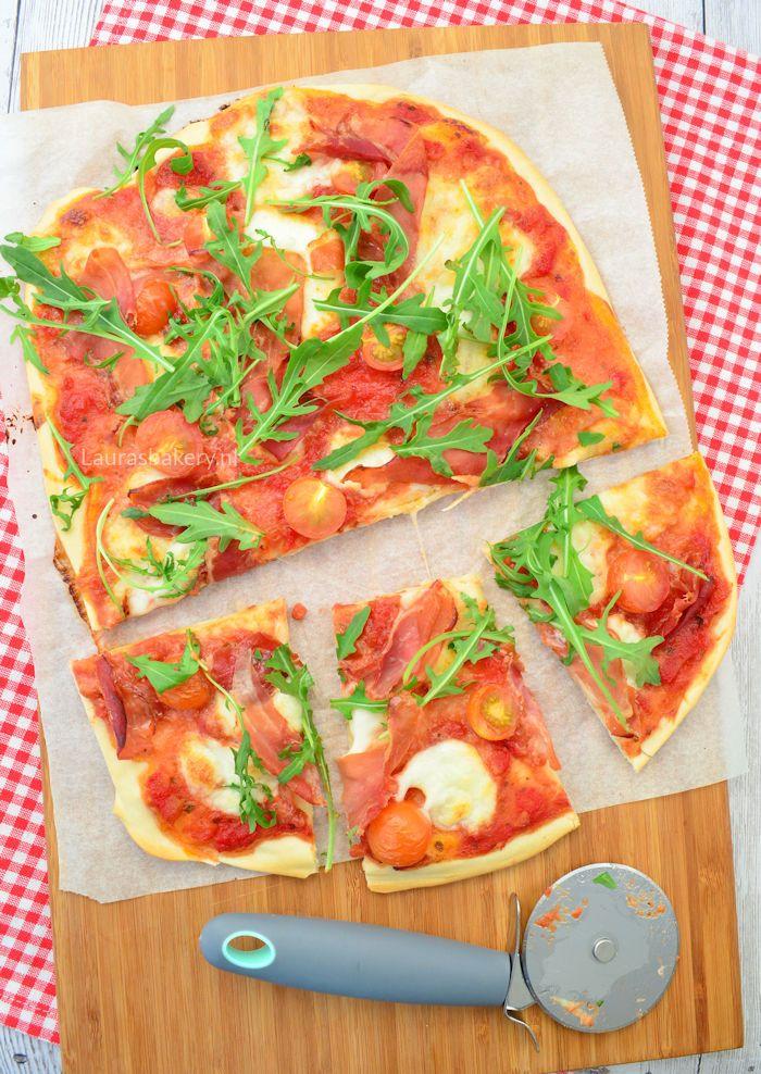 Pizza met parmaham, mozzarella en tomaat