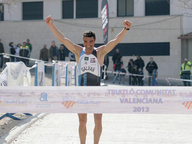 Rubén Galvañ entrando a meta como ganador del Duatlon de Banyeres 2013