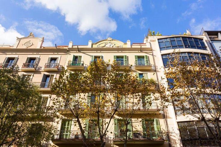 Atico en venta en #Barcelona #La Vila de Gràcia - Eixample    Ubicado en el ático de una finca tradicional entre medianeras, justo en el límite entre el distrito del Eixample y la Villa de Gracia, la vivienda se extiende desde la escalera central hasta la fachada interior de manzana de el edificio.    SEPFINQUES | info@sepfinques.com | M 677415782 | Ronda Universitat 7 2-4 | BCN    http://qoo.ly/cvhzf