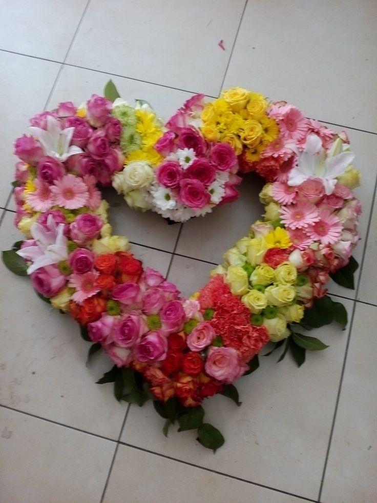 Veniec  6889 50cm  Veniec zo živých kvetov- mix Veľkosť / od 50 cm / a farba kvetov sú voliteľné , druh kvetov  môžeme dohodnúť  podľa Vašich požiadaviek. Doporučujeme upresniť po telefóne 0904 947 494  #smútočný #veniec #wreath #funeral #hearth #srdce #farebný #mix #červené #ružové #žlté #roses #ruže