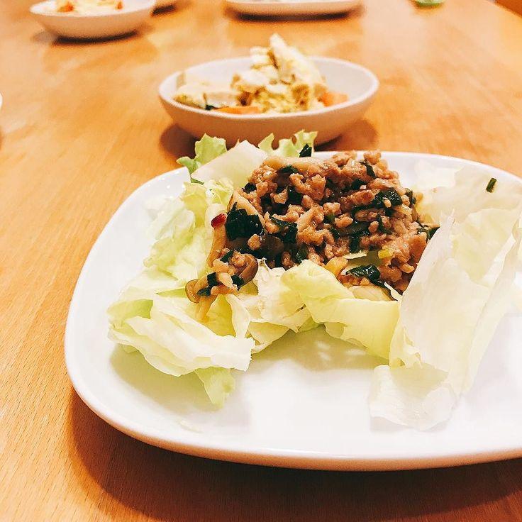 大にちぎってしまってたんだったという訳でドサッとかけた 肉みそサラダ サラダ salad 肉味噌 ニラ しめじ レタス  おかずサラダ 和食 washoku 晩ごはん