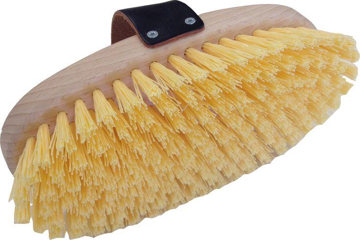 Handliche Tierbürste aus Schweizer Buchenholz mit Borsten aus gewelltem Nylonreis. Ideal für das Striegeln von Pferden, Eseln und Kühen. Liegt mit der Lederschlaufe gut in der Hand.