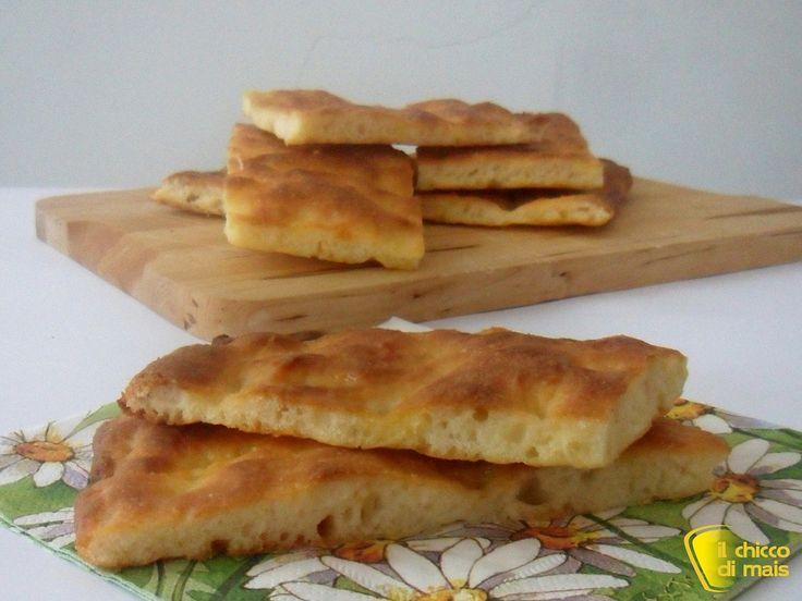 Pizza bianca senza glutine (ricetta facile). Ricetta delle pizza bianca del fornaio con farine senza glutine, facile e impastata a mano da farcire