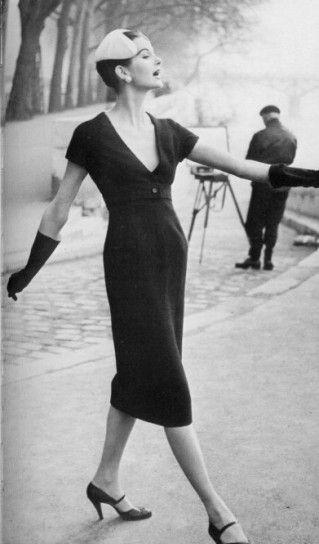 Moda anni '50, abito Dior a tubinoIn contrapposizione ai gonnelloni a vita alta, Dior lancia i suoi tubini aderenti: ecco il look Dior.
