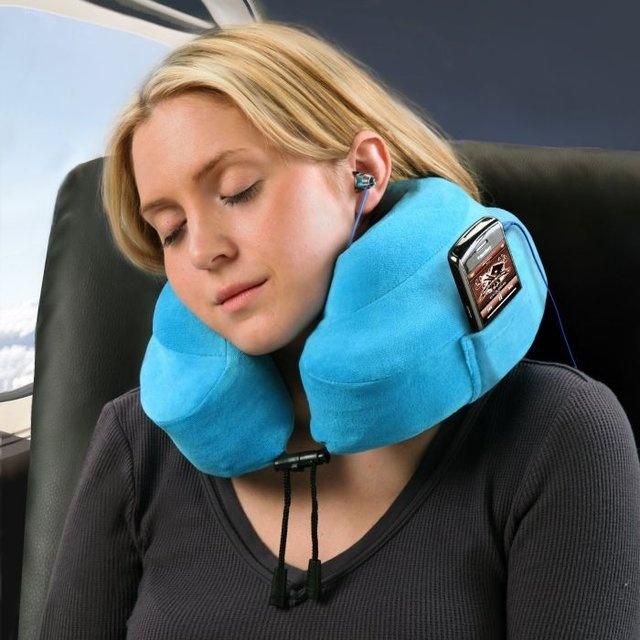 Travesseiro para viagem com espaço para encaixar seu aparelho de MP3