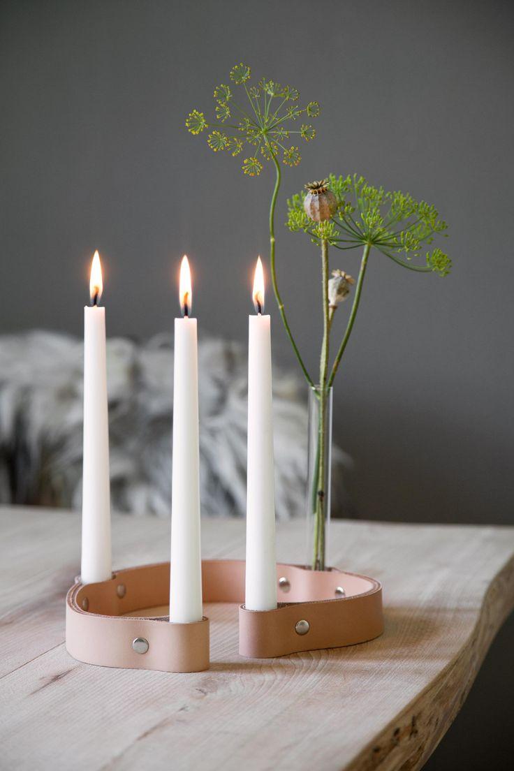 Lysestaken fra danske By Wirth er fremstilt i lærsom med tiden vil oppnå en naturlig, finpatina. Det medfølger også et reagensglass hvis man ønsker å kombinere stearinlys med en blomst i reagensglasset. Størrelse: H3,5 x L63 cm.