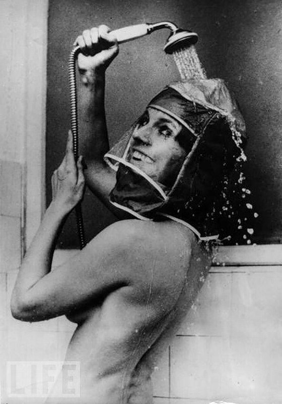 Шапочка для душа, 1970 год. Чтобы женщины могли принимать душ, не смывая с лица косметику.