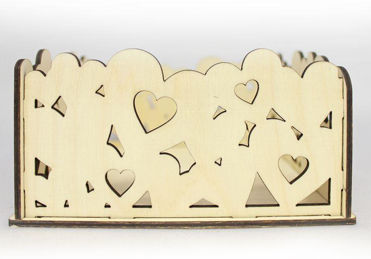 Подарочная упаковка с фанерным дном выполнена при помощи лазера и отшлифована. Имеет красивые резные стенки в виде сердец. Подойдет для упаковки подарков к свадьбе, 14 февраля, дню рождения.