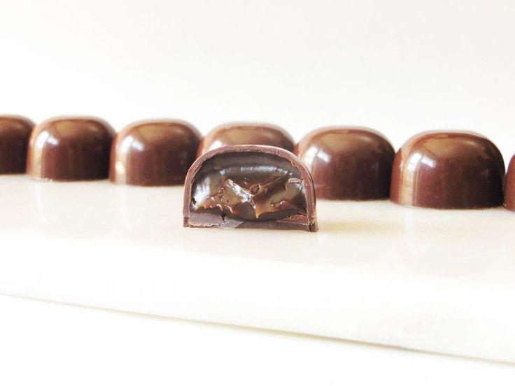 Gennem lang tid har jeg haft virkelig meget lyst til at lave fyldte chokolader. Jeg tror det er nogle af de lækkerier, som jeg holder aller mest af at lave. I denne her weekend blev det så endelig