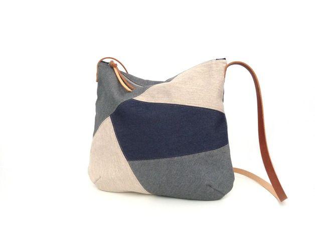 Este bolso pertenece a la colección Mosaic, inspirada en los mosaicos urbanos. Un bolso bandolera de formas suaves y redondeadas. Con el frontal en patchwork, combinando tejidos vaqueros en...