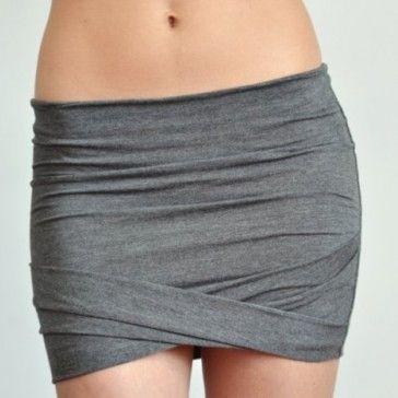 Minimalistyczna mini z delikatnej bawełnianej, szarej dzianiny. Idealnie podkreśla kobiece kształty, bardzo elastyczna. Do zestawienia z prostym tiszertem ale też elegancką bluzką.