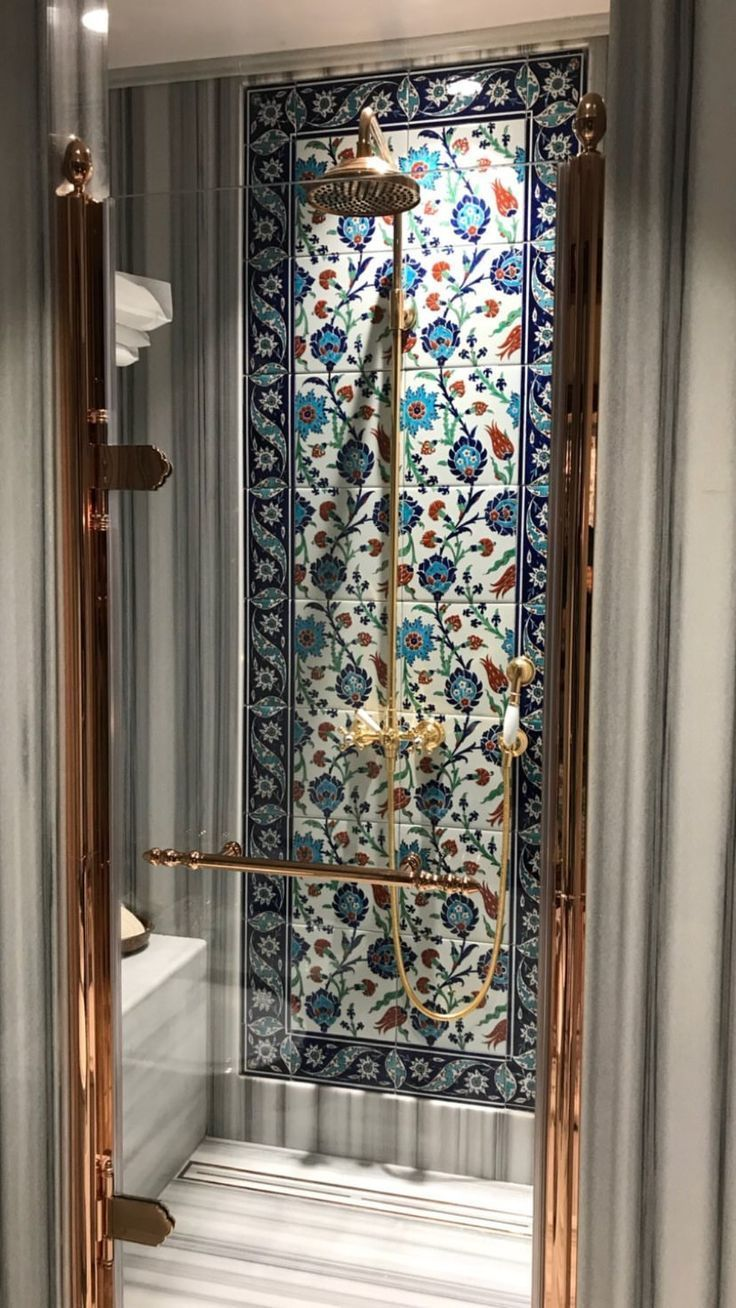 Shower with front decorated with colored ceramic