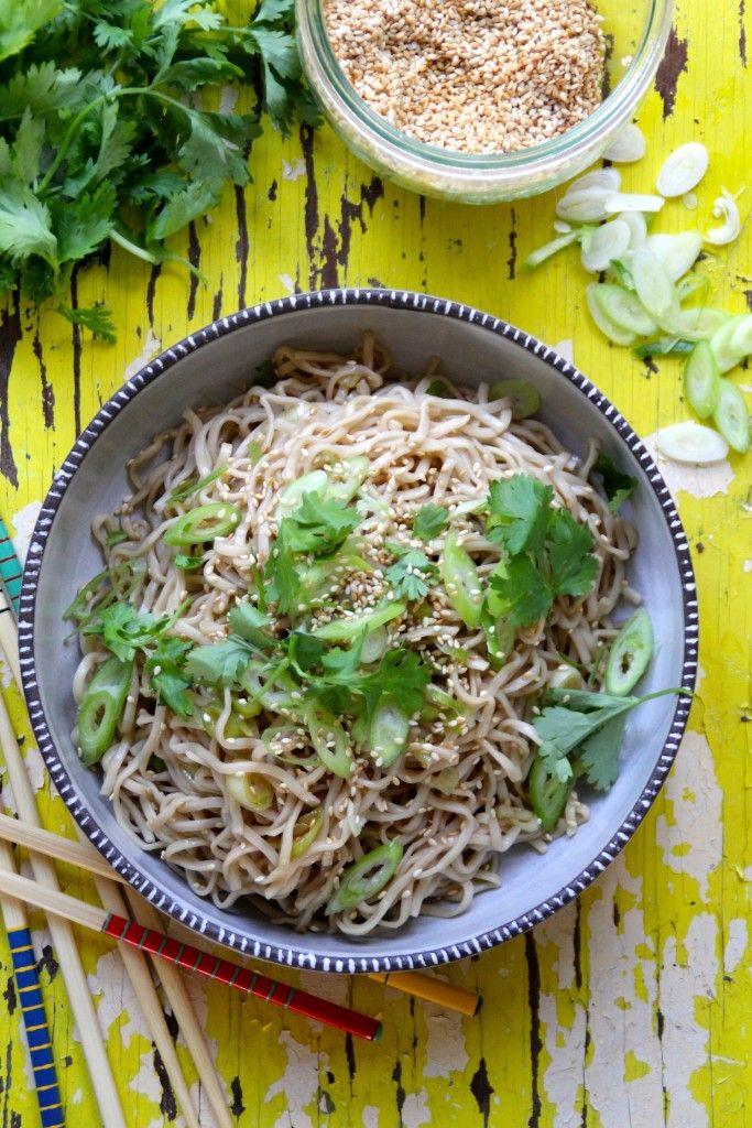 asiatisk nudelsalat med sesamfrø og soyadressing