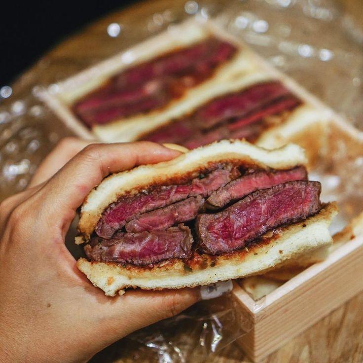 """次のブームを起こしそうな、""""ビーフサンドイッチ""""。高級店の味を家にお持ち帰りできる、美しい「お土産ビーフサンド」をご存知ですか?今回は、食べ切れなかったお肉をボリューム満点のサンドイッチにしてくれる高級ステーキ店『西洋料理 島』をご紹介します。"""