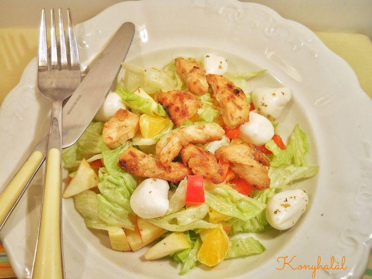 Egyszerű ízletes saláta könnyű ebédnek vagy vacsorának. Hozzávalók: mézes-mustáros pácolt csirkemellcsíkok fejes saláta alma narancs kaliforniai...