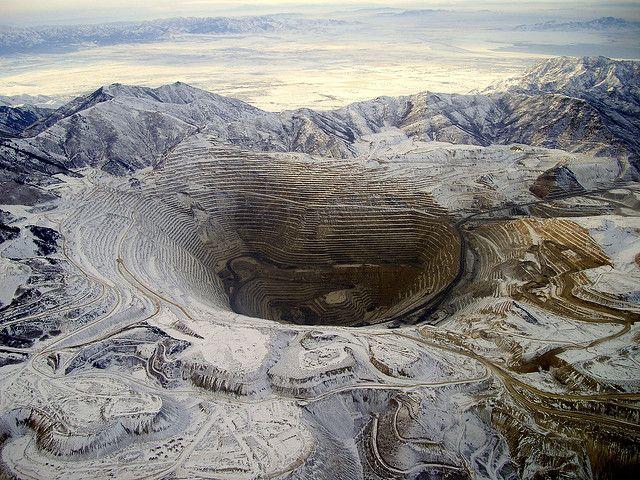 Карьер Бингем-Каньон, Юта Карьер шириной 4 км и глубиной 1,2 км является одним из крупнейших медных рудников в США и одной из немногих структур, созданных руками человека, которые видны из космоса.