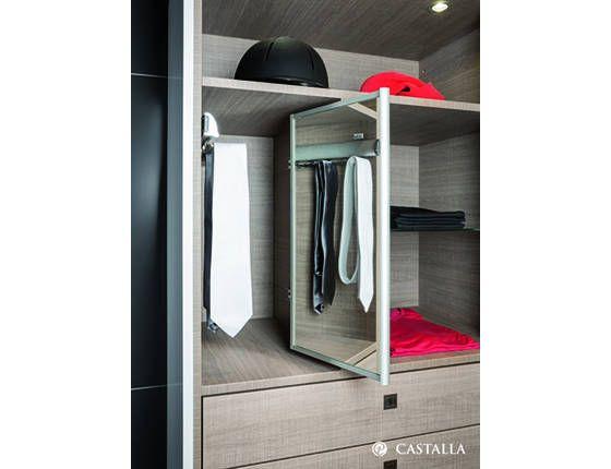 Espejo, Corbatero. Esta solución incluye un cómodo espejo totalmente integrado en el armario y un corbatero para tener tus corbatas siempre ordenadas y sin arrugas.