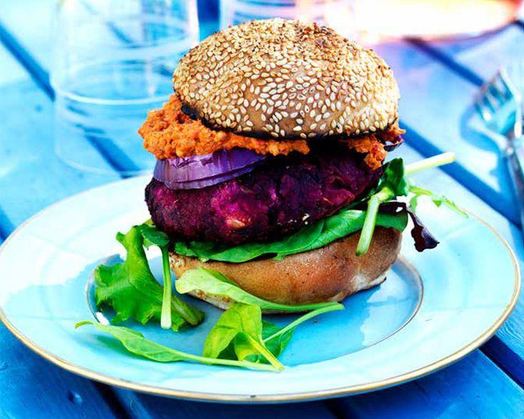 Somrig vegansk hamburgare gjord på rödbetor och vita bönor. Perfekt på grillen tillsammans med en smakrik valnötsröra som dressing. Recept från VEGO.