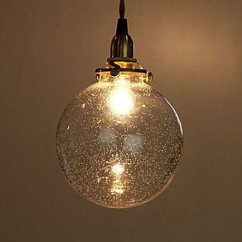 気泡入りガラス ペンダント照明 | Sumally  気泡で光が屈折してたり、ただ光を通すだけじゃなくて、優しい光になるし、シンプルな形だけど、そこに気泡をいれるだけでこんなにも表情がかわるんだなと思った