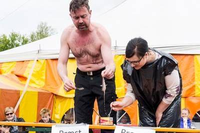 Video: Johannes Gjesing, præst i Fole og Gram udfordrer JydskeVestkystens journalist til en duel i at spise surströmning.
